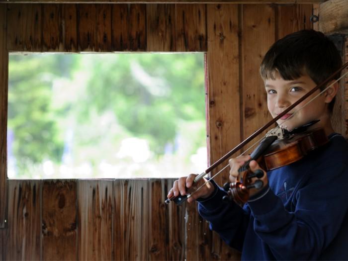スパのホテルひびく『シンプル・ソング』のメロディ。かすれたヴァイオリンの音色の主は、ヴァイオリンを習い初めてまもない少年だった。「その曲を作ったのは誰か知ってる?」「知らない」「私だよ」