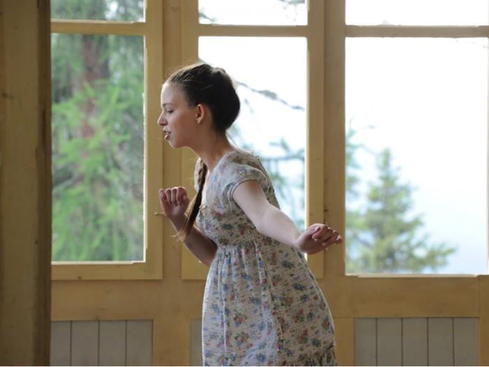 「喋るのは苦手です。だから触ります」バリンジャーの心の乱れを体に触れただけで察知するエステティシャンの少女は言う。彼女はひとりの時間、ただひたすら踊っている。