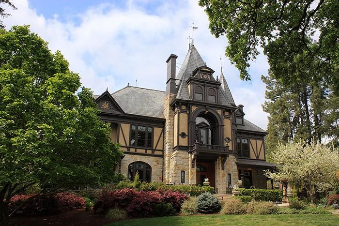 ワイナリーのシンボル、ライン・ハウス。1883年に建てられた