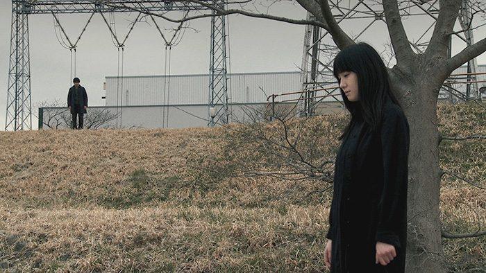スクリーンの中に映り込んだ謎の少女に心を乱され、その姿を追い求めて彷徨う沢村の目の前に立ち現れた風景とは……。
