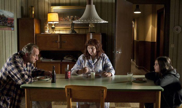 神様の食卓を囲むのは妻の女神(ヨランド・モロー)と娘(!!)のエア(ピリ・グロワーヌ)。壁の最後の晩餐の絵に注目!