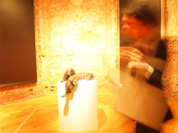 1924年英国・ロンドン生まれの抽象彫刻家アンソニー・カロのスペース。『オダリスク』は台座からはみ出しても落ちない=縁に腰掛け足を投げ出すコップのフチ子さんと共通点がある!?