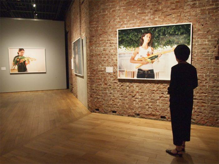 1965年東京生まれの現代美術作家 小沢剛の展示スペース。2001年から続く連作『ベジタブル・ウェポン』は、世界のソウルフードの食材で武器を形づくりモデルとともに撮影、その後、食材を料理し、ともにいただくというコンセプチュアル・アート。
