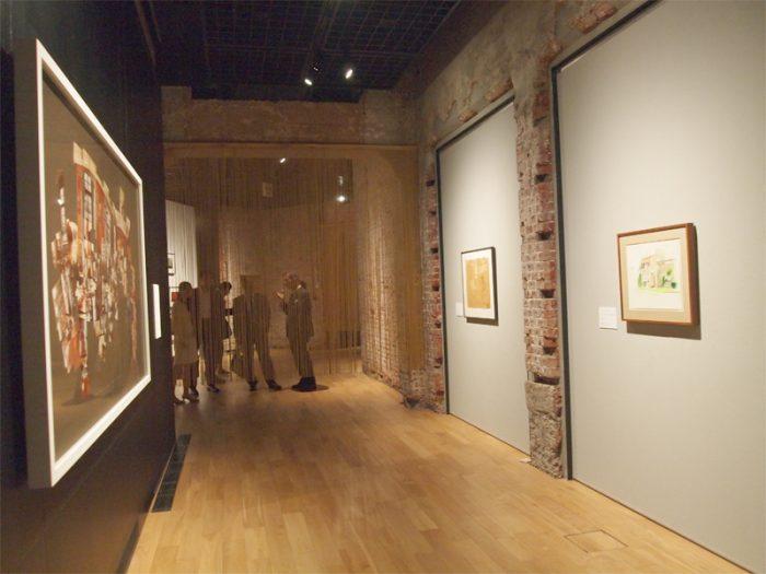 1937年 英国・ブラッドフォード生まれ、デビッド・ホックニーのスペースは80年代、一世風靡したフォトコラージュの大きな作品が。そのほかシンプルに見えるが複雑な彩りの色鉛筆作品、ドローイングが。