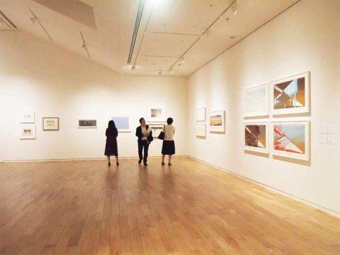 3Fのエド・ルーシェイのスペース。エド・ルーシェイは 1937年米国・ネブラスカ州生まれ。インクの代わりにフードや飲み薬を使うオーガニック・シルスクリーンなどオリジナルな手法のプリント作品が知られるアーティスト。