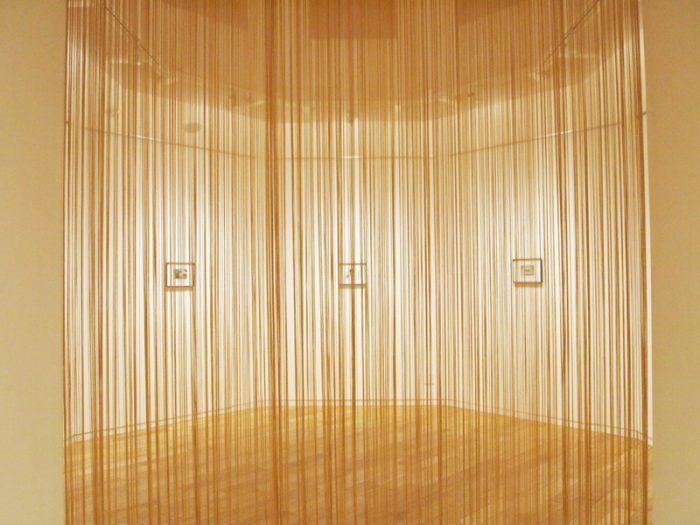 フリンジのカーテンがよく似合う。この奥に7つの作品が。かつては『 The Days We Were Happy』として収蔵されたが今回新たに『切実 』と日本語の新タイトルを冠しての公開となった。