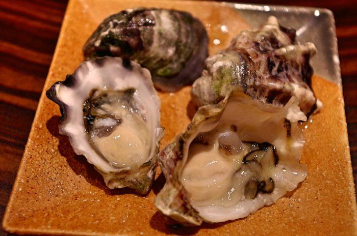 牡蠣の裏表。左が「くにさきOYSTER」甘みと後味を強く感じた。右は「クマモト・オイスター」八代海のミネラルの旨みが詰まった味。