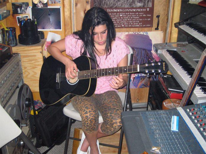 なぜ音楽をするのか? どんな音楽を目指しているのか? エイミーの曲作りの原点が本人と友人の証言によって語られる。少女らしい丸々した文字、♡マークで溢れた創作ノートも登場する。© Nick Shymansky Photo by Nick Shymansky
