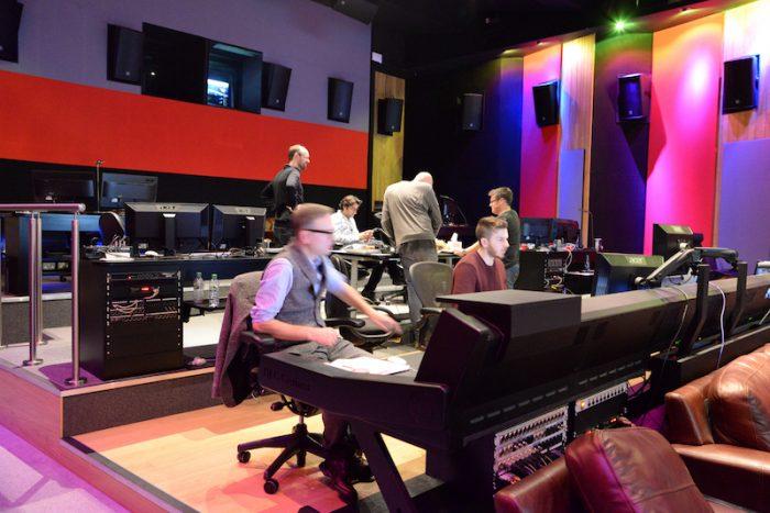 作業現場の製作チーム。いちばん奥左がゲイ=リースさん。