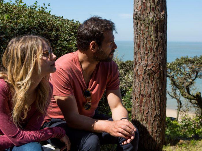 『サラの鍵』のタチアナ・ド・ロネ著の小説『ブーメラン』を映画化。主人公のアントワーヌ(ローラン・ラフィット)は妻とは離婚、仕事はうまく行かない。問題山積の日々の中、母の30回目の命日に妹のアガット(メラニー・ロラン)とともに亡くなった場所であるノアールムーティエ島を訪れる。ノアールムーティエ島は冬にはミモザの花が咲き乱れる「ミモザの島」と呼ばれる避暑地でもある。