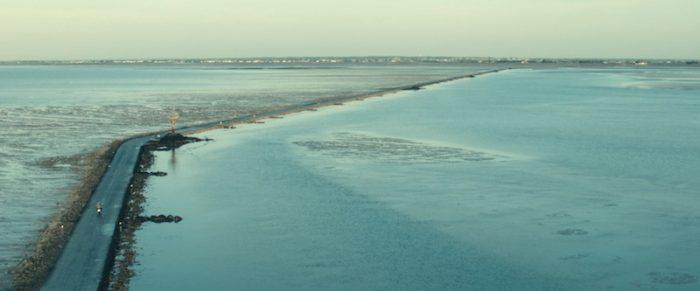 島とフランス本土を繋ぐパッサージュ・デュ・ゴワ。干潮の時のみ姿を現すミステリアスな砂州だ。母の遺体が発見されたのは島ではなく10キロ離れた対岸であったときき疑念を抱くアントワーヌ。母はパッサージュを渡ったのか? 島からの帰路、アントワーヌとアガットは口論になり事故を起こしてしまう。