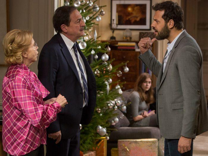 母の死の真実を探るアントワーヌはクリスマスの夜、家族で集うパーティで父のシャルル(ウラディミール・ヨルダノフ)に疑問をぶつけるが……。