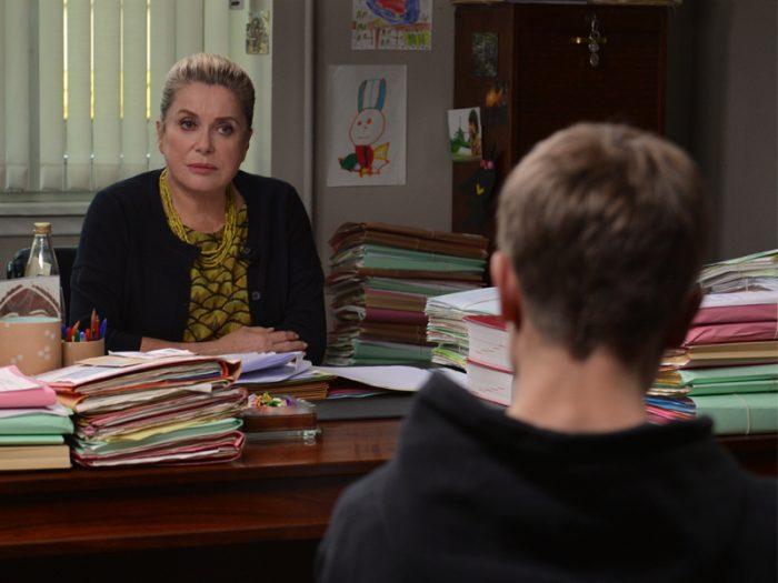 裁判所の少年担当であるフローランス判事(カトリーヌ・ドヌーヴ)。大人になりきれない母に育てられた不登校の少年がフローランの元へ連れられて来る。それから10年、感情を爆発させると手のつけようのない暴れん坊になってしまう少年に成長したマロニーは再び判事のところへ送り込まれる。