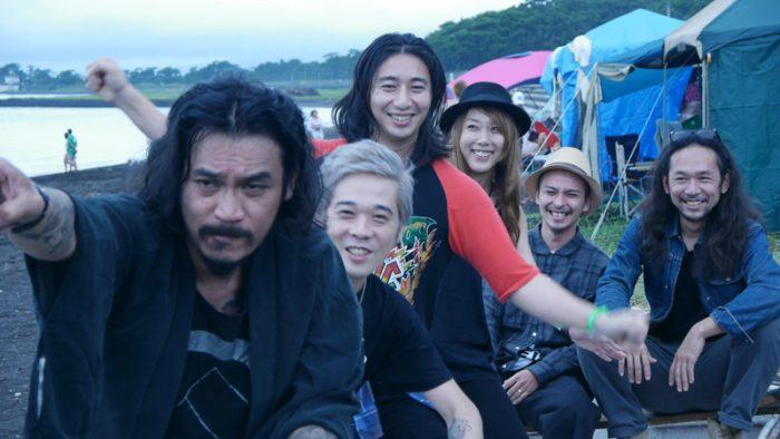 """『OLEDICKFOGGY』メンバーは伊藤雄和(ボーカル、マンドリン)、スージー(ギター、コーラス)、TAKE(ウッドベース)、 四條未来(バンジョー)、yossuxi(キーボード、アコーディオン、コーラス)、大川順堂(ドラム、コーラス)の 6 名。""""ラスティックミュージック""""と言われるジャンルの音楽を奏でるバンド。ラスティックとは「古くさい旋律を今風に演奏する音楽。今風というのは、パンク、ロックという要素を入れところ。」とは伊藤さん談。"""