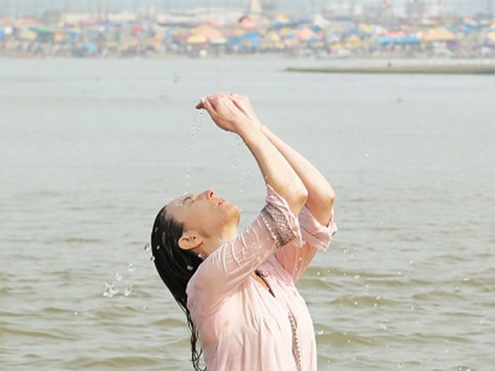 アンナは「子どもを授かりたい」との思いから、巡礼の旅へ。ガンジス川での沐浴を体験。静養を兼ねて旅に同行することになったアントワーヌは美しい風景に溶け込むその姿を見届ける。