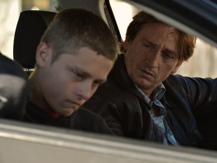 フローランスはマロニーに教育係ヤン(ブノワ・マジメル)をつけて再起のチャンスを与えるが、「適当に報告して金をもらうだけだろ」とヤンに反発。すぐに車の窃盗事件を起こしてしまう。少年院送りを主張する検事の意見をよそに、フローランスはマロニーを思いやり、更生施設へ送る判決を下す。