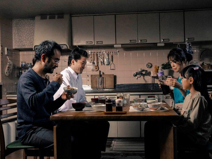 食卓をともにし、ひとつ屋根の下に暮しているうちに、新しい家族の関係が生まれかかるが……。