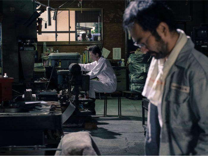 とある地方都市。金属加工業を営む鈴岡家に男(浅野忠信)が訪ねて来る。利雄(古舘寛治)にとっては旧知だったその男 八坂。住み込みで雇い入れるが妻 章江(筒井真理子)には事後報告。