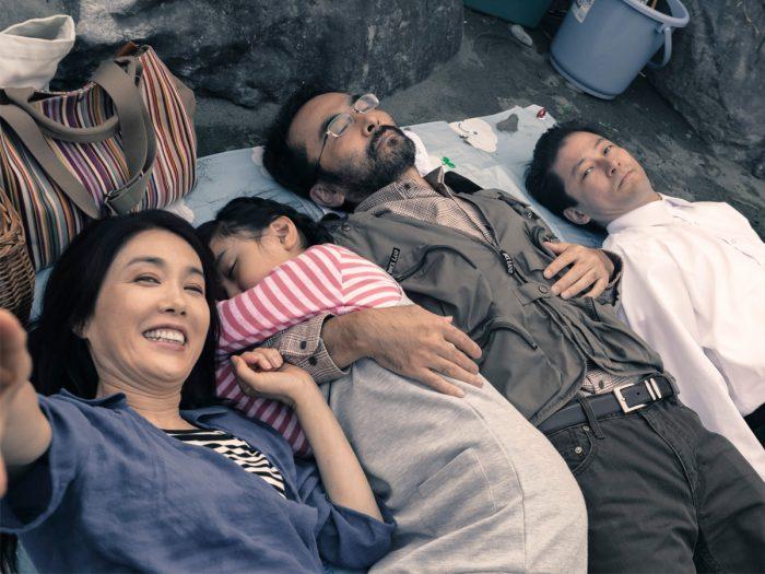ピクニックに出かけ仲良く記念撮影。左から章江、蛍、利雄、男。8年後この並びが再現されることに。