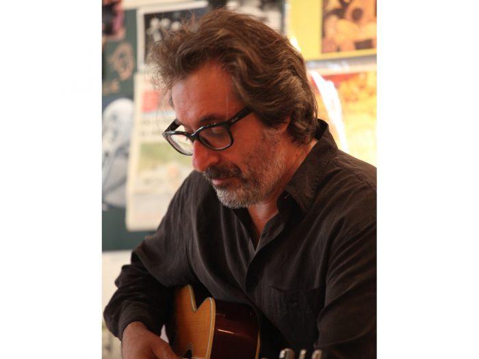 ライブではギター奏者&ボーカルを聞かせ、展示ではサラヴァの歩みをデッサンに起こしたバンド・デシネ作家 シャルル・ベルベリアンさん。