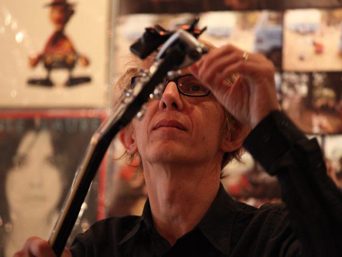 ギター&ボーカルのセバスチャン・ラルマンさん。フランスで定期的に開催されているSIESTAライブの主宰。低音の魅力溢れる声。50周年アルバムにも入っている『地球をとってよ』ほか歌唱。