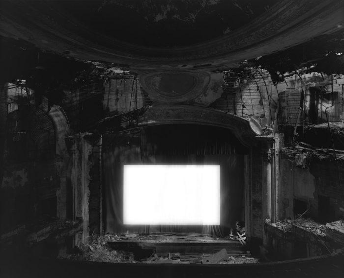 杉本博司『パラマウント・シアター、ニューアーク』2015 年、ゼラチン・シルバー・プリント ©Hiroshi Sugimoto / Courtesy of Gallery Koyanagi