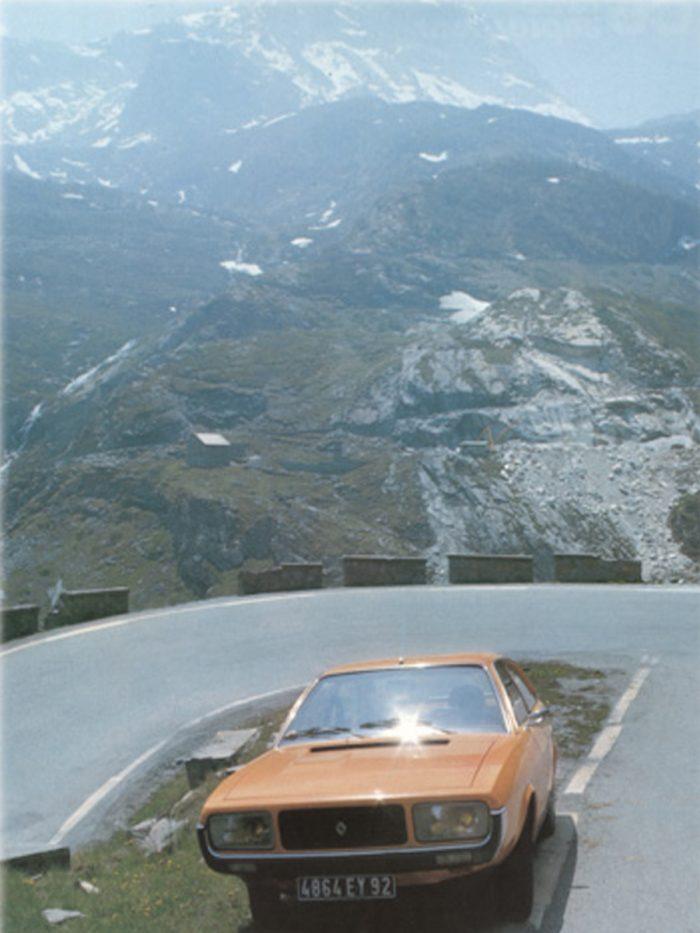 """峠を越えればイタリアのアオスタ。アルペンルートのヘアピンカーブで佇むルノー15。このクルマで仏伊を駆け抜けた。""""CAR GRAPHIC""""1976年9月号より。"""