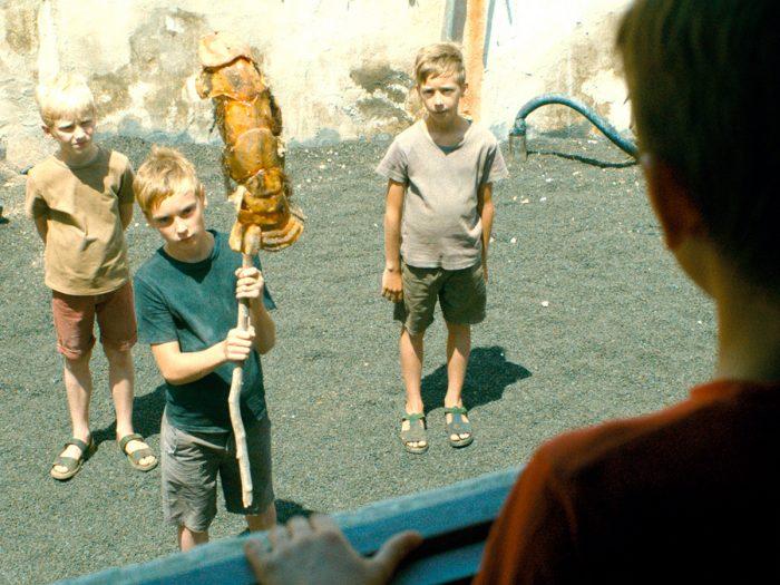 漁村らしき集落にはニコラと同い年くらいの少年たちも住んでいてみな、その母と暮らしている、父はいないらしい。