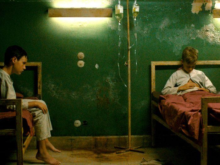 ニコラは母に連れられ古びた病院のようなところに行き検査を受ける。そしてそこに収監されてしまう。ニコラはベッドの上で絵を描いて過ごす。